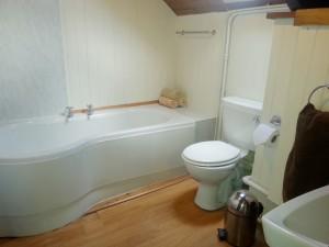 Morlogws-Farm-Cottages-Carthouse-Bathroom