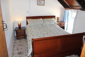 Morlogws-Farm-Cottages-Carthouse-Bedroom-02
